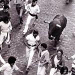 Julen (centro) guíando al toro