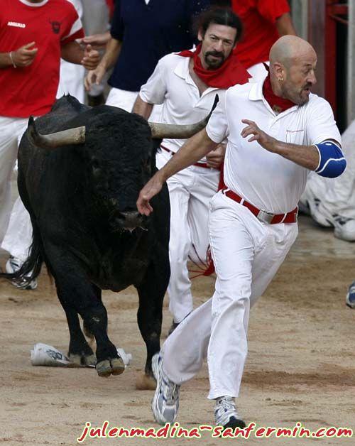 Julen Madina con un toro de Victorino Martín
