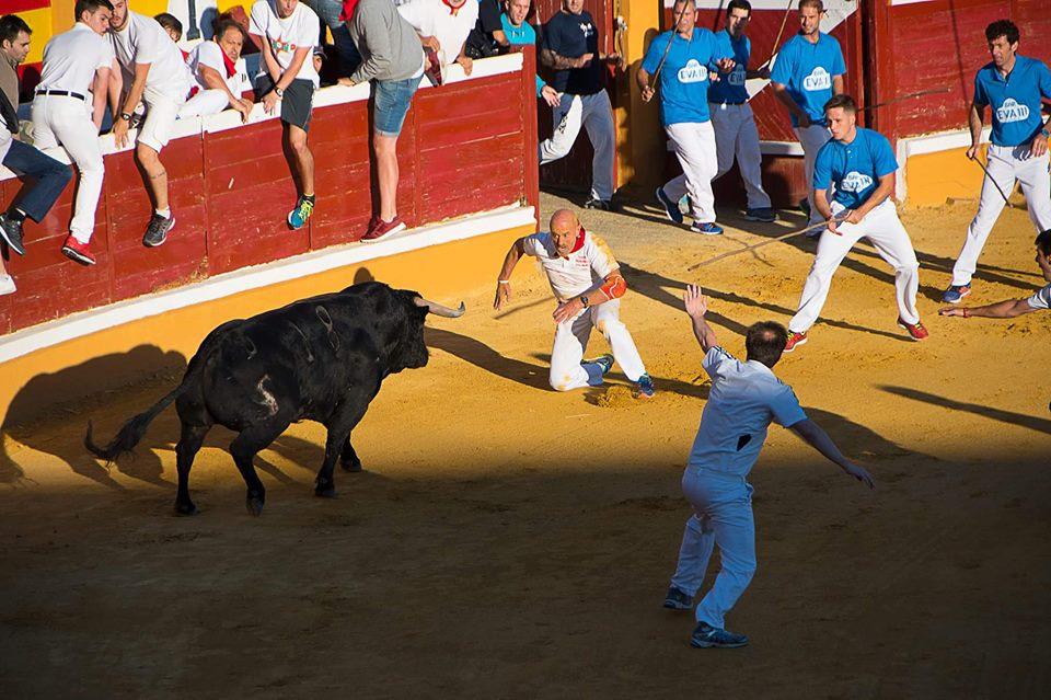 El toro de Las Monjas embiste a Julen Madina